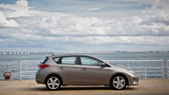 Toyota Auris фото сбоку