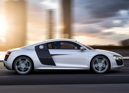 Audi R8 белый фото сбоку