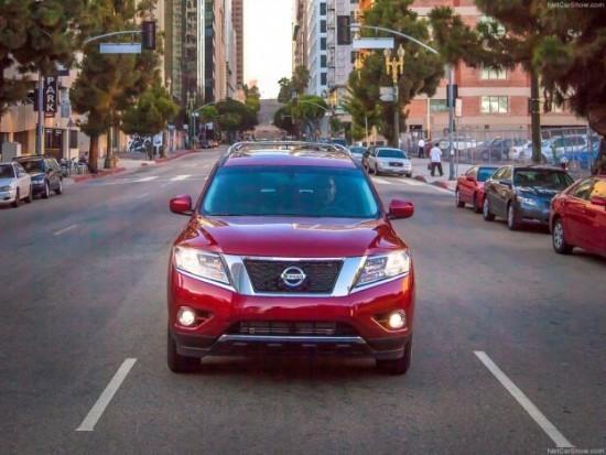 Nissan Pathfinder красный