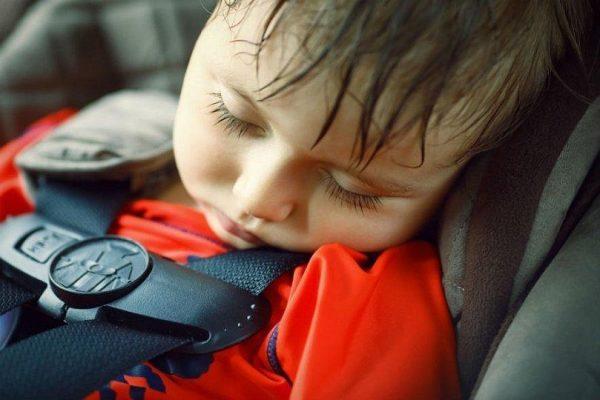 не оставлять детей одних в машине