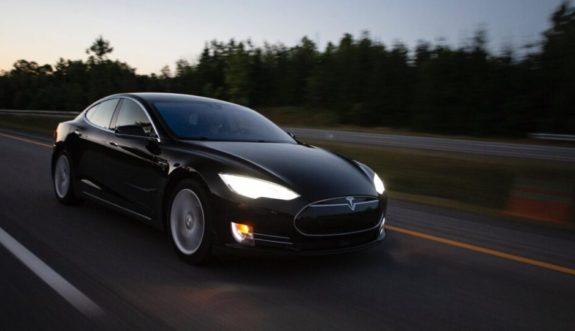 автопилот Tesla пытался скрыться